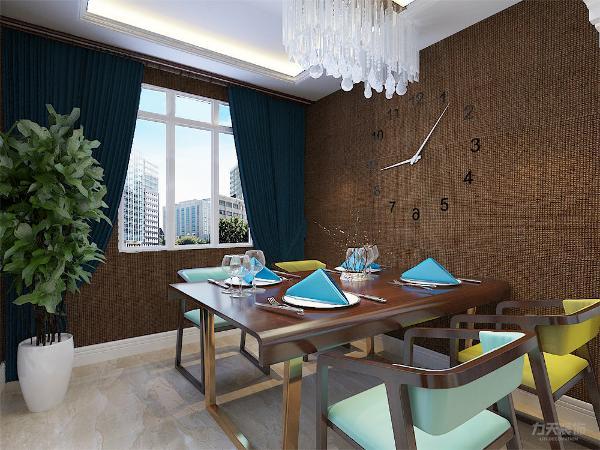 餐厅位于过道左面,与厨房相连。餐厅背景墙哪里设计了一个大大的表,凸显了户主的风格