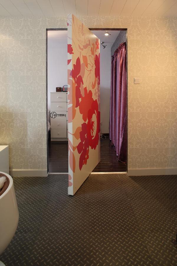在有限的空间内,用隐形门隔开客厅和卧室不仅节省空间,还美化墙壁