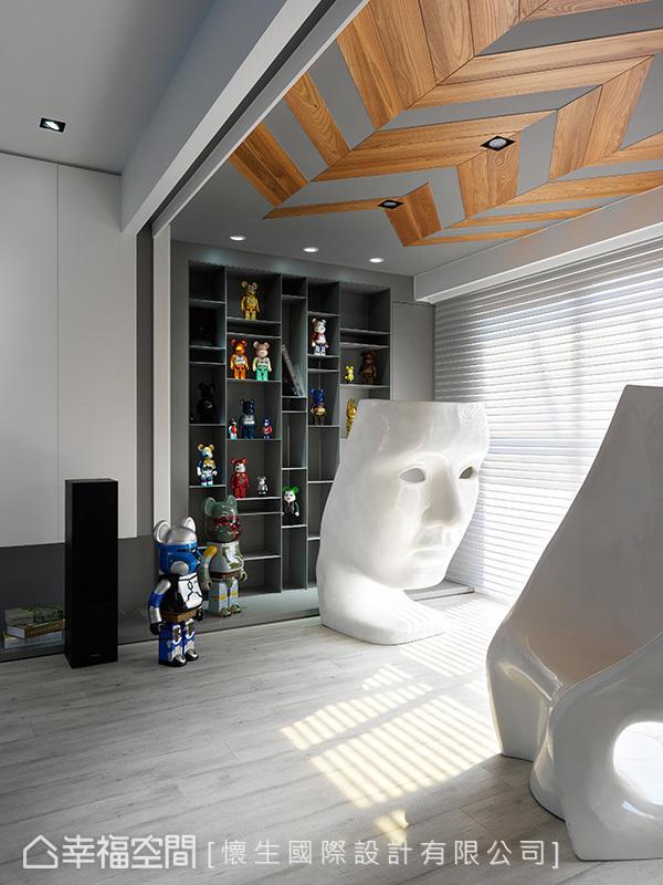 特别订制的收藏展示柜,于一格格的空间中挹注属于男屋主的梦想。