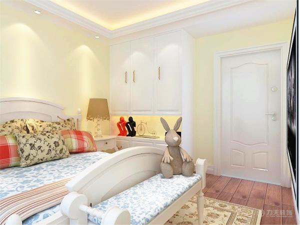 次卧室是单人床,单人床旁边放了一个小书桌。整个空间功能分布合理,给人营造了一种温馨时尚和谐的家居生活。