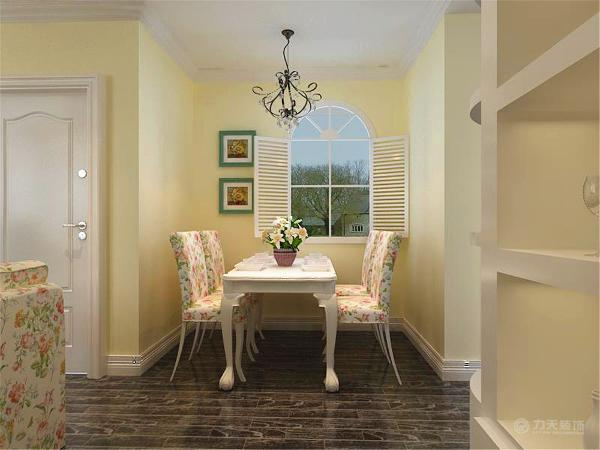 餐厅放了四人的餐桌,餐椅也是碎花布艺的,与整个空间融为一体;橱柜则是采用浅色的,冰箱则是放置在橱柜与墙中间预留的空隙中。