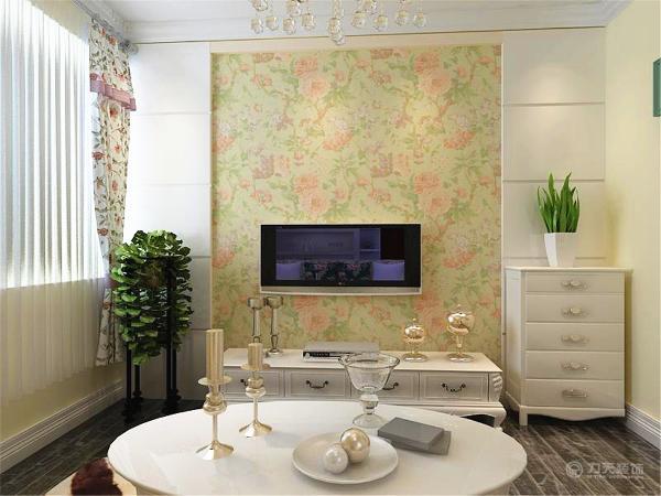 墙面以暖咖色乳胶漆为主,客厅的沙发采用的是碎花布艺沙发,对应着电视背景墙贴了碎花壁纸,