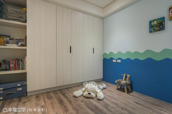 规划一整面柜体机能,满足大量的收纳与展示需求。