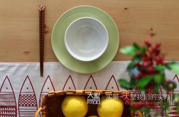 放置绿植点缀和清香的水果,带来用餐好心情。
