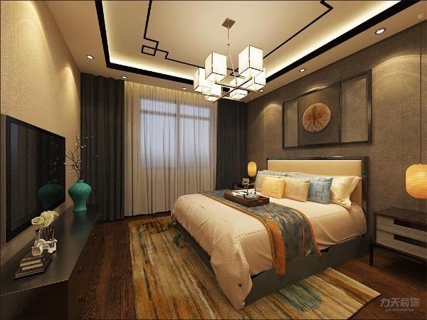 在卧室的设计中,家具大多用古典家具,颜色以深色为主,墙面用米黄色壁纸与木质的深色家具相协调。主卧加榻榻米的设计用来作饮茶区。