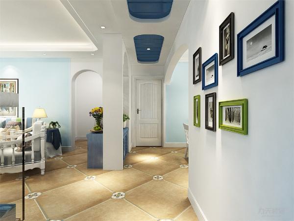在过道的设计上和客厅中采用了圆弧形的吊顶,显示了地中海的柔美,过道的吊顶采用了弧形吊顶和蓝色饰面板吊顶,在过道空余的地方我们还加上了照片墙。