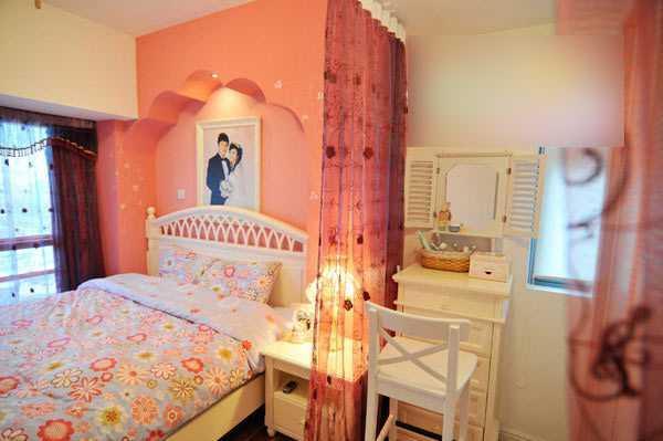 卧室离不开粉色调,粉红色的一直是我的最爱。我是这样装扮真的很温馨,特别是冬天进入这个卧室就感觉进入了一个温暖的童话城堡。