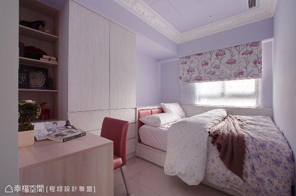 以紫色为空间主题的女儿房,充满清新典雅的氛围,并贴心规划收纳衣柜与书桌,满足空间的机能性。