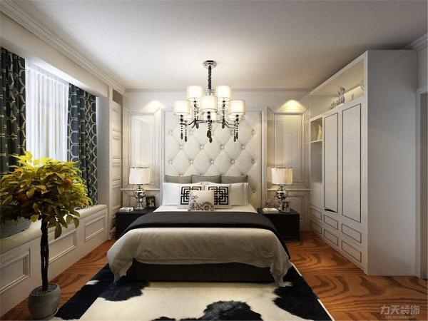 主卧室空间大,床头背景墙颜色淡雅造型简洁使整个空间环境更加放松舒适,具有一个独立卫生间,电视背景墙材质反射性强,但也大大拉伸了空间的灵活流动性