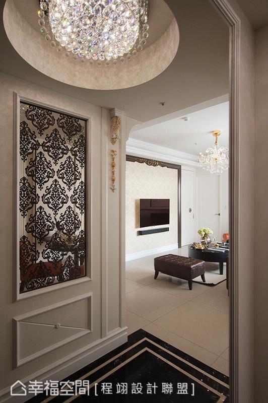 进入玄关,具有华美图腾的雕刻玻璃及线板饰花罗马柱映入眼前,为空间中挥洒精致气韵,也揭开迎宾的第一印象。