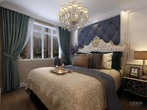卧室独立的衣柜,黄色调的床单,不老气不调皮,彰显了主人的个人喜好和气质,