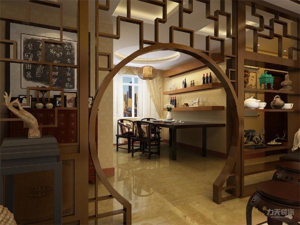 餐厅的衔接运用的月亮门的装饰柜显得空间更有层次感 运用传统古典的家具,设计上也不忘为新中式添以这厚重的一笔