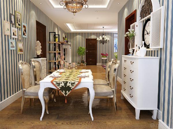 餐厅区域的设计是,采用回形吊顶配搭吊灯,餐桌采用的是白色复古餐桌,金属材质座椅,墙面上配搭的是挂画让空间有生趣,餐厅区域放置了边柜,和挂钟,营造了一种异域之感。
