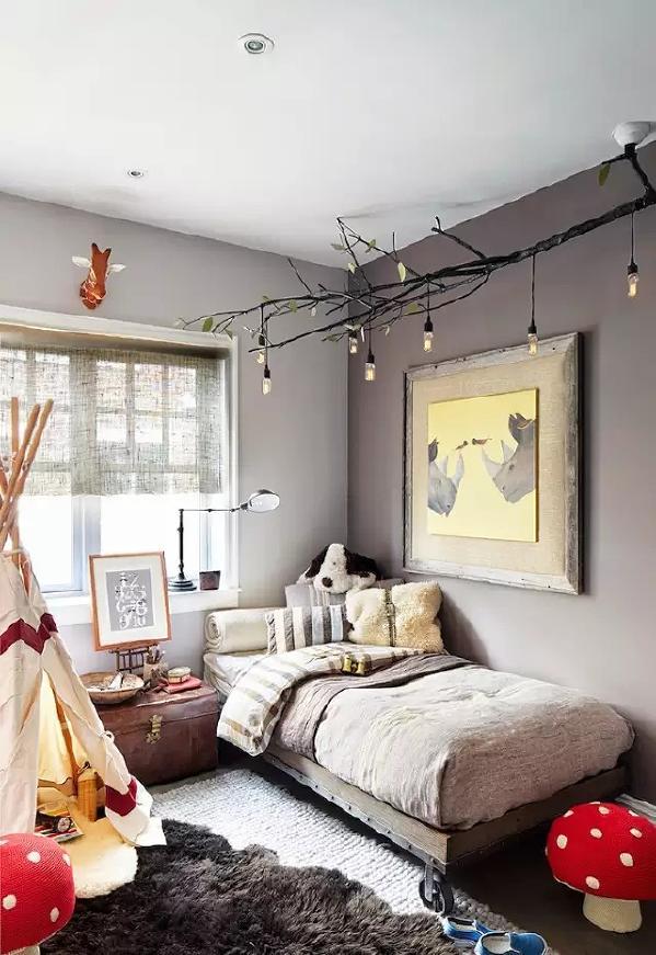 儿童房的装修机具童趣,有树枝状的吊灯,有灰色舒适的地毯,还有一个小型帐篷  和很多动物玩偶。