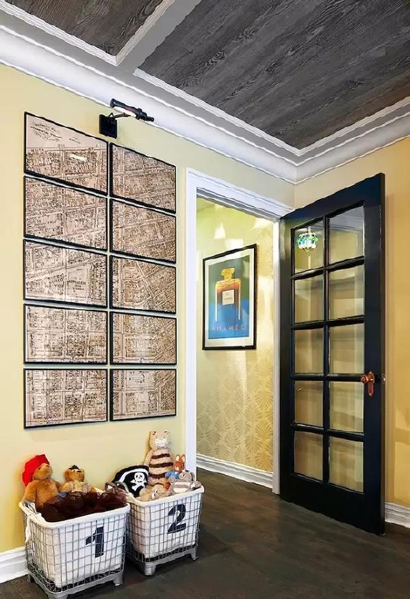 暖黄色的墙面搭配上黑色的实木地板,看上去很高贵。