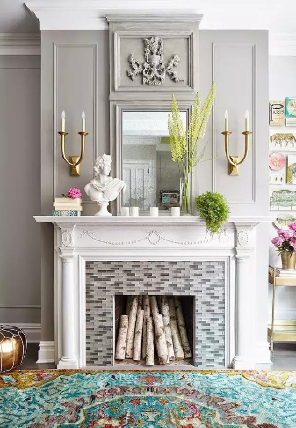 经典的欧式壁炉华美又优雅,墙上金色烛台式的灯具有一种古典的感觉。