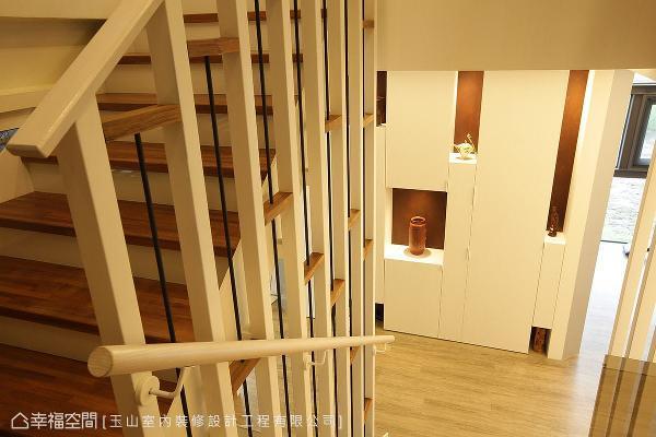 楼梯间的壁面亦规划艺品展示柜,让空间段落充满艺文气息。