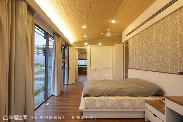 明亮温润的色调,营造出温暖放松的休憩氛围;床头壁纸特别选用树林意象款式,让空间更添自然生气。