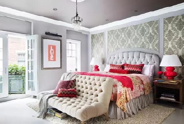 主卧室背景墙上的墙纸选用的是传统的欧式花纹墙纸,红色系的枕头、被单、被罩  以及床头灯底座让卧室感觉上更加温馨。