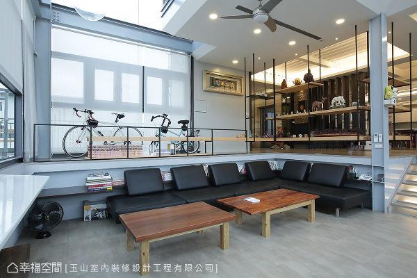 为缔造恢弘气势,客厅上方局部采挑空设计,让室内的视野更加辽阔。