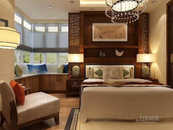 卧室通铺实木地板,壁纸为浅黄的壁纸,床头背景墙为深咖色壁,色彩鲜明图片