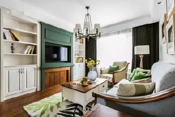 电视墙是客厅的重点。壁炉的造型,墨绿色与原木色的搭配,都让电视墙更加突出。
