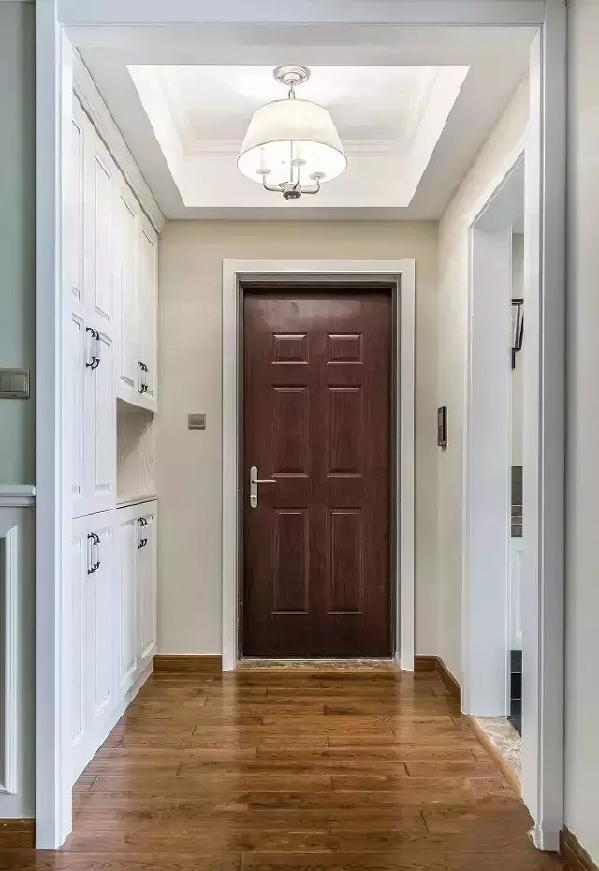 玄关定制了一组玄关柜,下面放鞋子,上面放杂物,关上柜门,隔绝一切凌乱的景象,走廊也能清爽怡人。