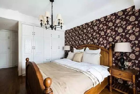 卧室的衣柜是内嵌式的定制衣柜,不得不说,这样的收纳方式最强大也最有效果  。