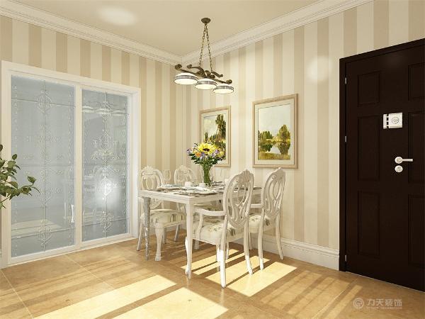 餐厅,餐厅墙面开了一个窗户后期设计成菱形窗格。沙发采用布艺的,增加质感。和其他相呼应显得大气高档。