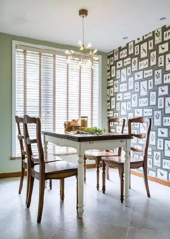 绿色的墙面,大大的落地窗,打造出一个复古美式的用餐氛围。