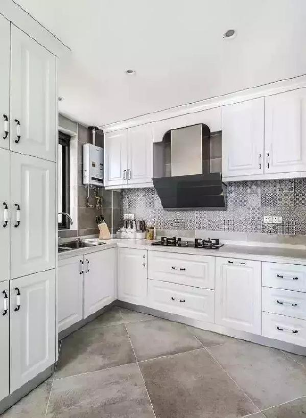 白色厨柜看着很清爽,选对材料,日常的擦洗也完全无负担,而油烟重灾区则选择铺贴印花小瓷砖,耐脏还很耐看。