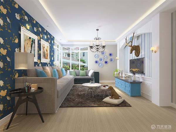 客厅L型窗户放一张大沙发和带有飘窗特点的小沙发再合适不过,窗明几净,空气流通整个客厅采光较好,电视背景墙做了简单的造型放置的鹿头给整体空间增添了一丝神秘性。