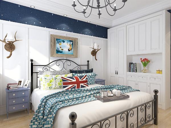 主卧室大面积的使用白色墙裙,梦幻的蓝色星点壁纸,与客餐厅同样的干净、明亮,地面使用浅色的地板,色彩上更加有何舒适,使卧室更适合休息。