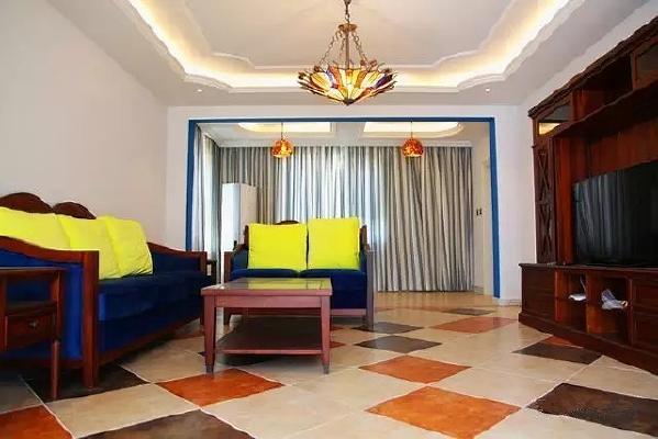 白色的墙面和天花,蓝色的垭口边框,配以深色木制家具,造型别致的铁艺吊灯,无不描绘着浪漫的地中海风情。