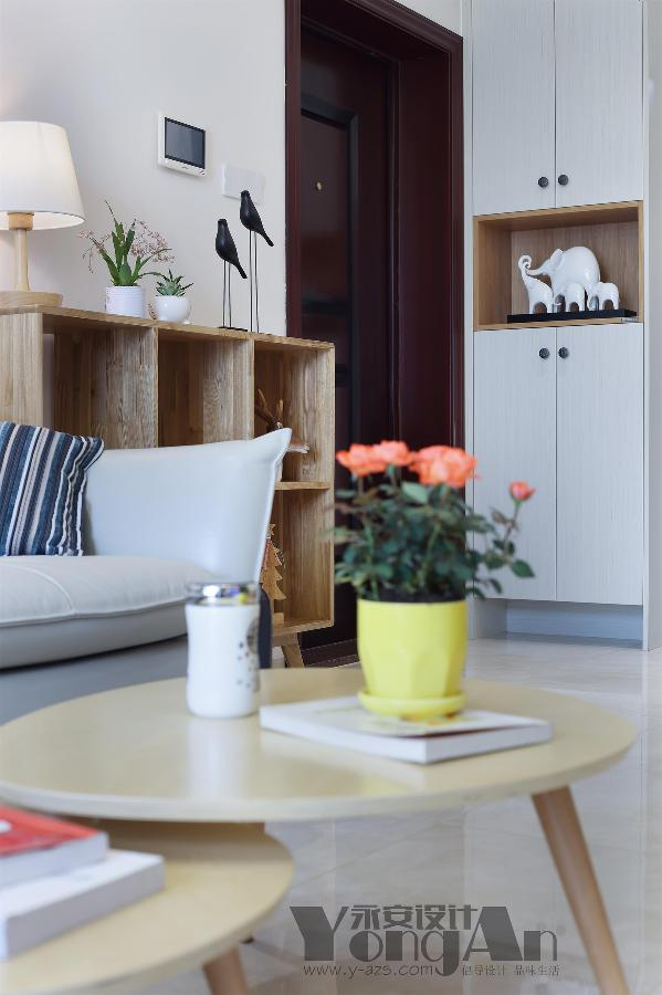 客厅一角:小小的花盆与小摆件错落有致的摆放在室内,让空间丰富起来了。
