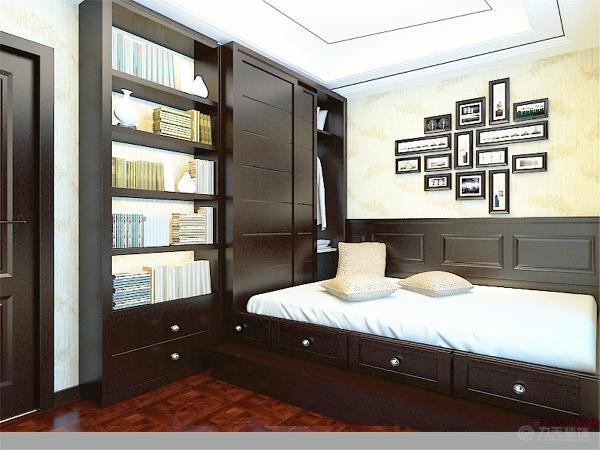 次卧做榻榻米,墙面贴壁纸,墙面有护墙板,既实用又美观。整体设计色彩主要以木色和暖咖色为主,温馨自然。