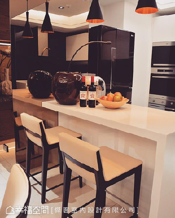 新设置的中岛吧台形成轻食区段落,成为聚会、品酒社交角落;立面镶贴茶镜淡化突兀的柱体,提升空间放大感。