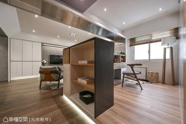 开放式书房采用架高的木地板,并在地板下方规划间接光源,增加层次感外,也有夜间照明的功能。