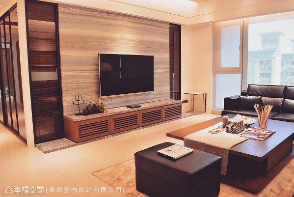 电视墙使用木纹大理石,机柜台面则呈现出皮革纹理,透过不同石材肌理挹注自然气息。
