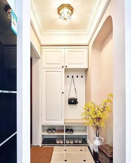 带柜门的部分可以遮住一些杂乱的东西,常穿的衣服和挎包围巾之类的可以挂在挂衣区,挂衣区下面可以作为换鞋凳使用,最下面是常穿的鞋子。入户的柜体设计合理实用,空间利用也很巧妙。