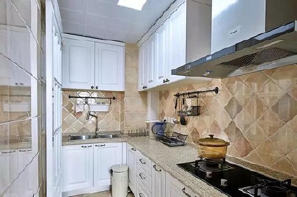 厨房在装饰上也有很多讲究,如喜好仿古面的墙砖、橱具门板喜好用实木门扇或是白色模压门扇仿木纹色。