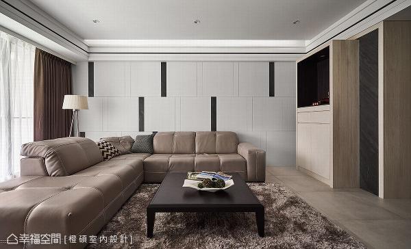 拆除全室的抛光石英砖,改以盘多魔做铺陈,营造质感内敛的场域氛围。 以黑白琴键为灵感,于白色烤漆壁面上,点缀利落线条与薄石板材,创造丰富的视觉变化。