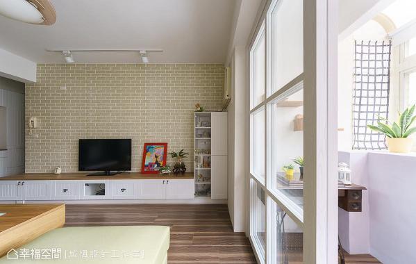 电视墙采仿文化石磁砖设计,再以纯白柜体加深风格印象,打造北欧式居家。