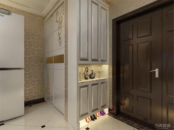 在玄关柜的侧面同时做了一个柜体,可以归置一些衣物