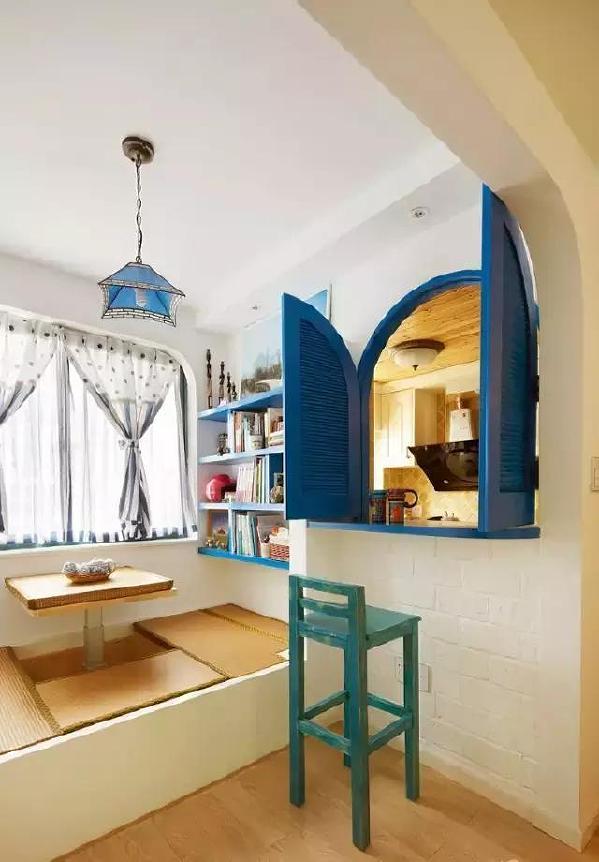 ▲休闲区设计成了榻榻米,风格上也不冲突哦~有了蓝色书架、贝壳灯,这些地中海风元素的点缀,反而更有生活的味道。