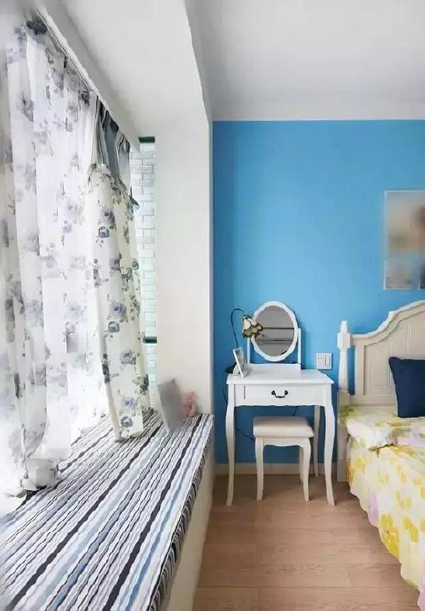 ▲飘窗其实很简单,蓝白条纹的坐垫像是给窗台穿上了海魂衫,印花的窗帘柔情满满,整个卧室都弥漫着浪漫气息。