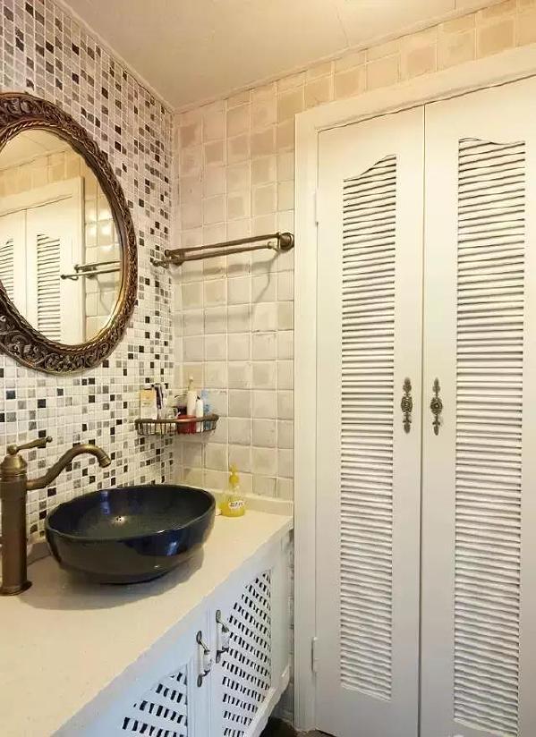 ▲马赛克瓷砖配上铜制的水龙头、镜框、收纳架,这复古又时尚的气息好迷人。