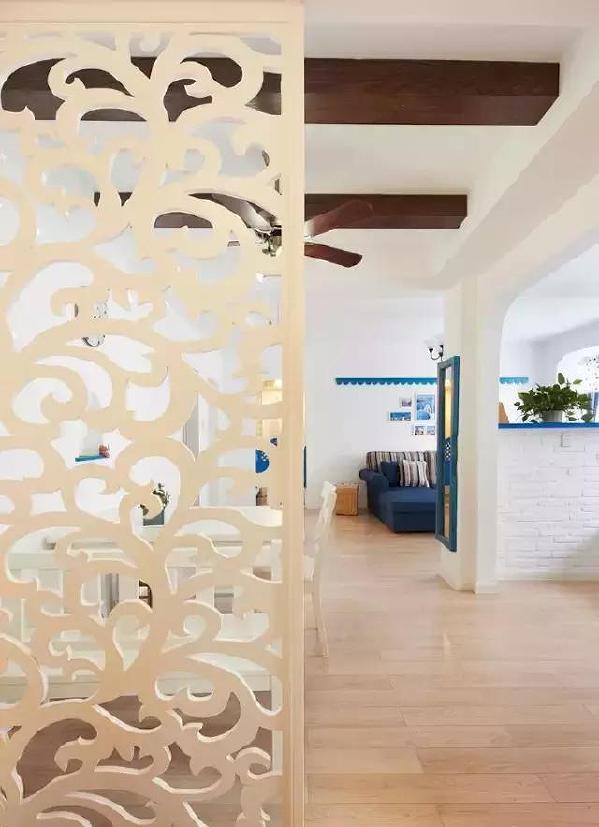 ▲圆润的弧线设计呼应了家中的拱形门窗。