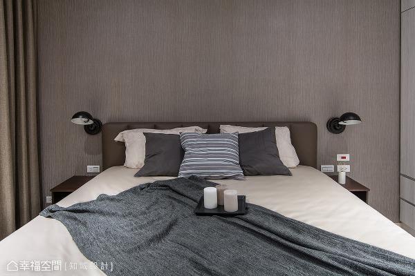 依循两人的风格喜好,选购带有咖啡色进口壁纸为主墙,铺述温稳低调的卧眠质感。