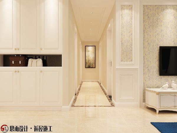 原厨房门位置改为衣帽间,方便进出门使用,大面积的整体衣帽柜,储物空间增加不少,过道正对面挂画,简单又有效果,地面用咖色波导线分区,增加层次感。